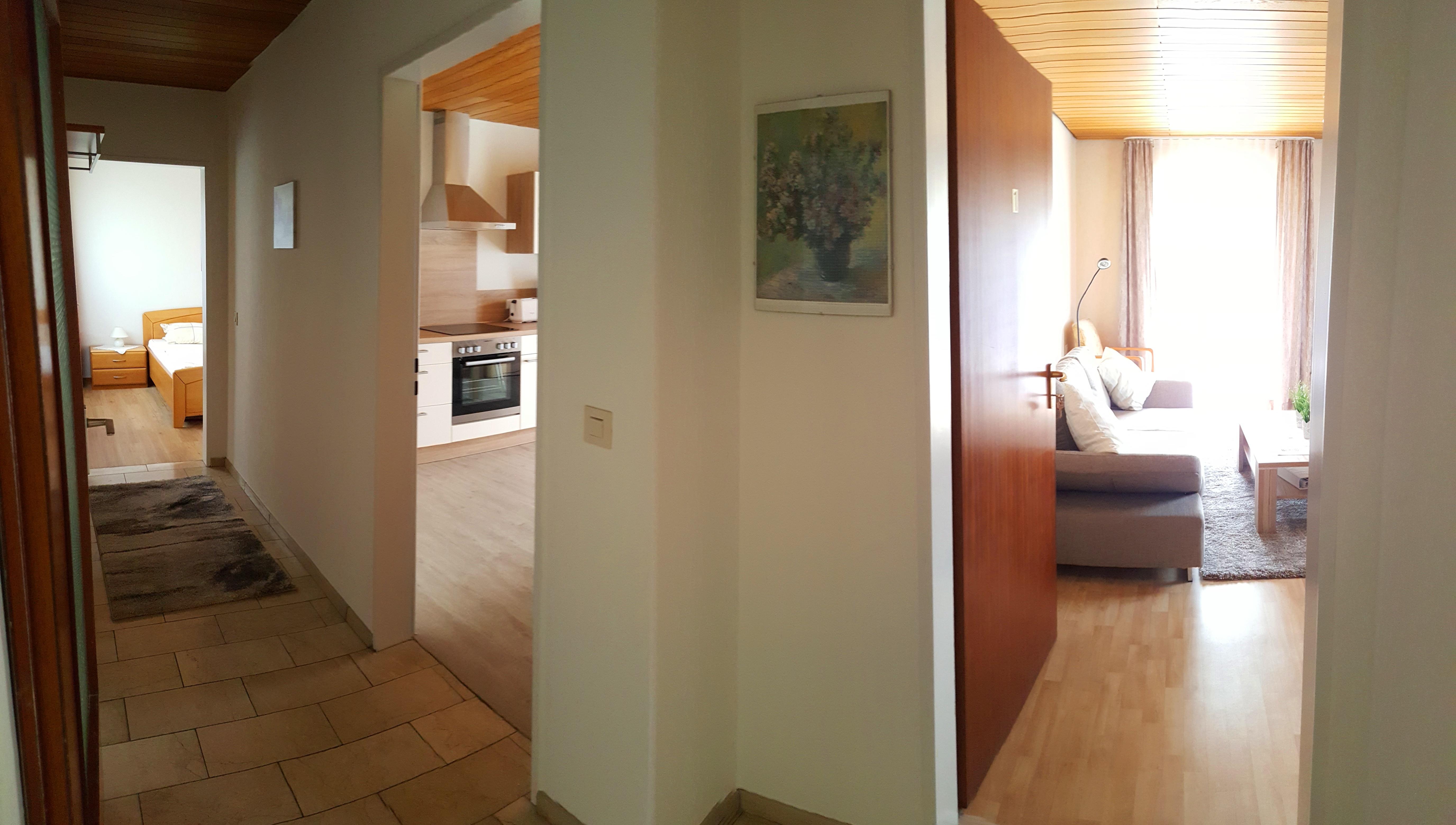 Blick vom Flur in alle drei Zimmer der Ferienwohnung SONNENUHR